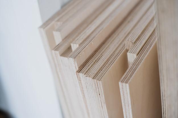 Möbelkanten und werkzeuge. sperrholzschnitte zur verwendung als texturen oder hintergrund