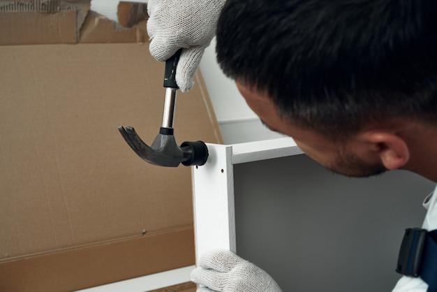 Möbelmontageprozess