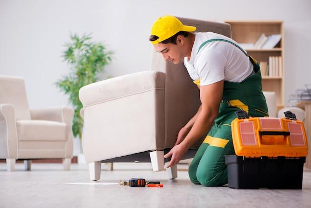 Möbelschlosser, der zu hause lehnsessel repariert