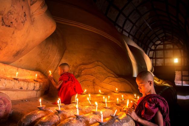 Mönch in der altstadt von bagan