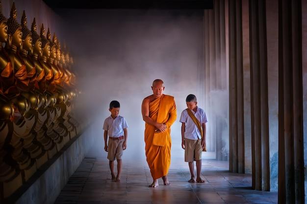 Mönch und schleppseiljungenschüler in budha mitte