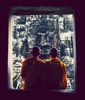 Mönche bei angkor wat, siam reap, kambodscha