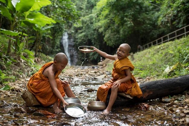 Mönchjungenspiel in thailand