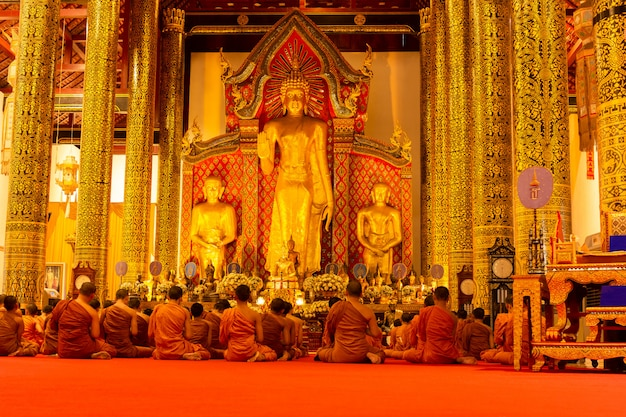 Mönchsgebet in buddha-tagen im wat chedi luang tempel.