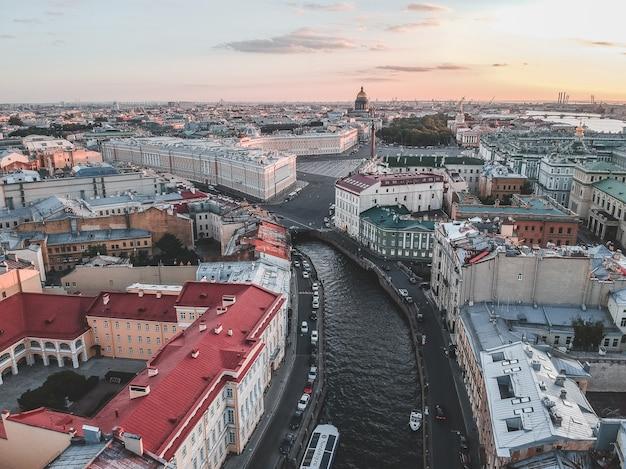 Moika fluss im sonnenunterganglicht. flussboote, ansicht von oben. russland, st. petersburg