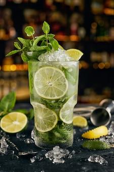 Mojito-cocktail, an der oberfläche von flaschen, an der bar, mit barattributen