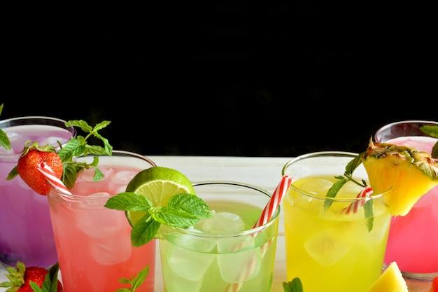 Mojito-cocktail aus verschiedenen tropischen aromen wie ananas, limette, erdbeere, beeren und wassermelone