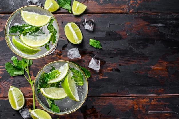 Mojito cocktail drink mit limette, eis und minze