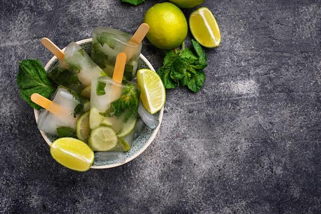 Mojito-cocktail-eis am stiel mit minze, limette und rum
