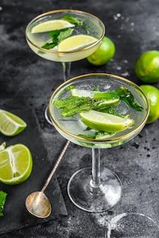 Mojito-cocktail, erfrischende minze mit rum und limette