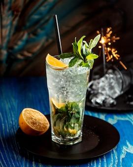 Mojito-cocktail im glas serviert