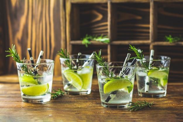 Mojito-cocktail in einem büro auf einer rustikalen tabelle