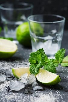 Mojito-cocktail in einem bur auf einem rustikalen tisch