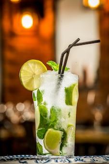 Mojito-cocktail in einem bur auf rustikalem tisch