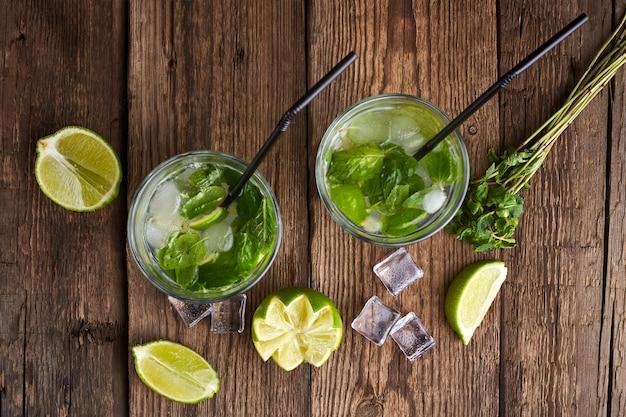 Mojito cocktail machen. minze, limette, eiszutaten und barutensilien.
