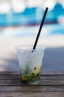 Mojito-cocktail mit eisminze und zitrone