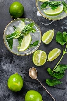 Mojito-cocktail mit erfrischender minze, rum und limette