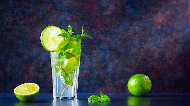 Mojito-cocktail mit limette und minze. frischer mojito im glas. speicherplatz kopieren
