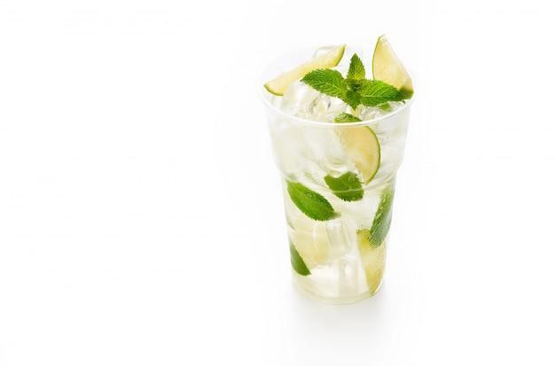Mojito-cocktail mit limette und minze im plastikbecher auf weiß