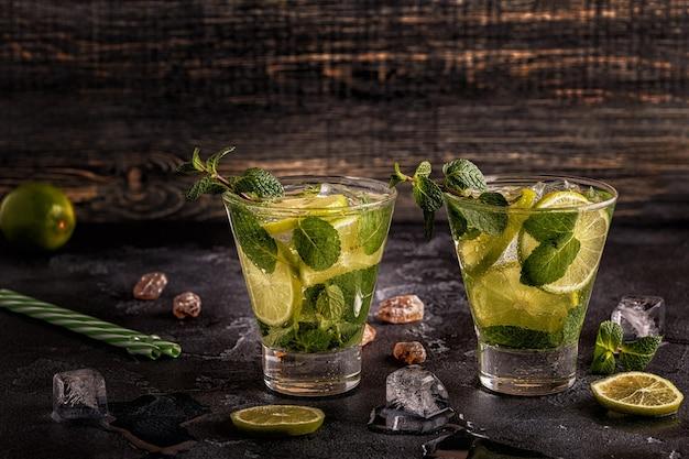 Mojito-cocktail mit limette und minze