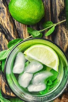 Mojito-cocktail mit limetten- und minzblättern