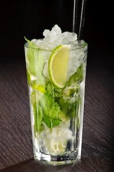 Mojito-cocktail mit strohhalm auf einem holztisch