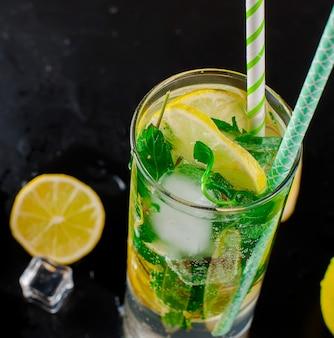 Mojito cocktail mit zitronen, limetten und minze