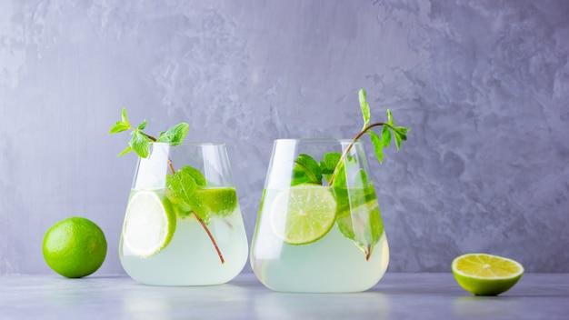 Mojito cocktail. zwei gläser mojito auf grauem hintergrund