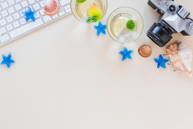 Mojito-cocktails in gläsern mit kamera und muscheln
