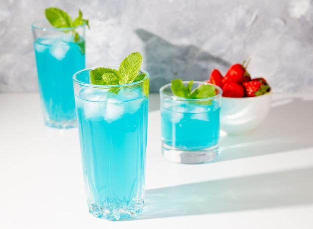 Mojito-cocktails mit eis und minze und erdbeeren