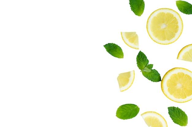 Mojito-limonade-cocktail oder saurer wasserzutat flatlay mit geschnittenen zitronen- und minzblättern