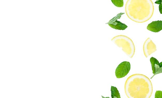 Mojito, limonadencocktail oder saurer wasserbestandteil. flatlay mit geschnittenen zitronen- und minzblättern, kopierraum. foto in hoher qualität