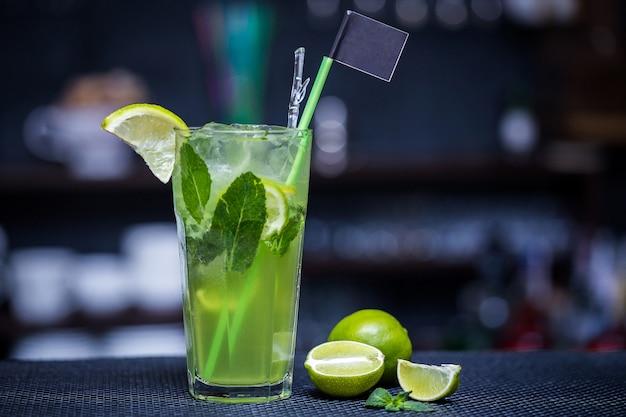 Mojito mit limette auf der bar