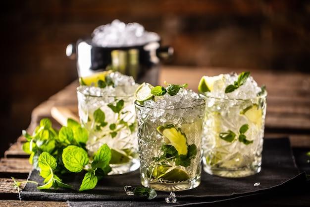 Mojito oder virgin mojito long rum drink mit frischer minze, limettensaft, rohrzucker und soda.