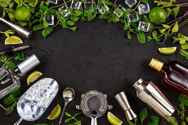 Mojito. rahmen von barwerkzeugen und produkten für die zubereitung von cocktails. platz sparen. minze, limetteneis, rum, soda, tequila