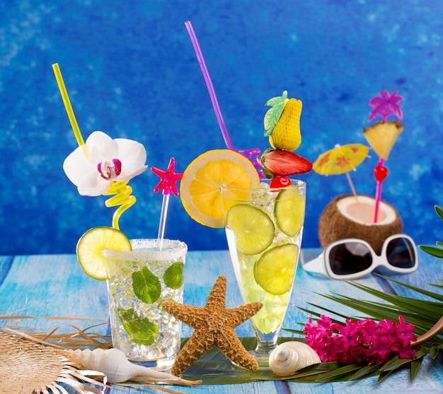 Mojito- und zitronenkalk-cocktails im tropischen blauen holz
