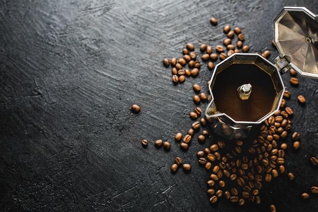 Moka-kaffeekonzept auf dunkelheit