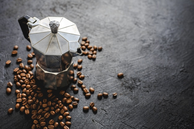 Moka-kaffeekonzept auf dunklem hintergrund