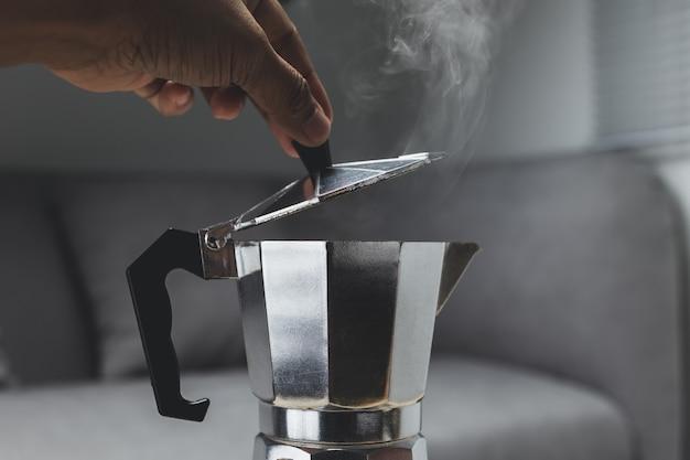 Moka topf espressomaschine auf dem herd