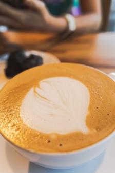 Mokkakaffee mit latte art auf einem tisch im café