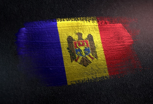 Moldau-flagge gemacht von der metallischen bürsten-farbe auf dunkler wand des schmutzes