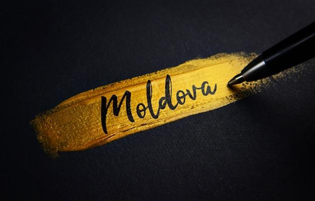 Moldau-handschrift-text auf goldenem pinsel-anschlag