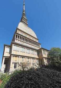 Mole antonelliana ist das höchste gebäude in turin, italien mit fischaugenobjektiv gesehen