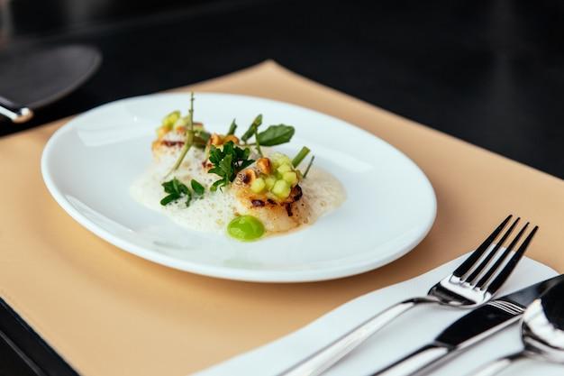 Molecular creative fine dining: hokkaido-jakobsmuschel mit grünem apfel