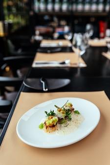 Molecular creative fine dining: hokkaido-jakobsmuschel mit veloute aus grünem apfel, haselnuss und schalentieren.
