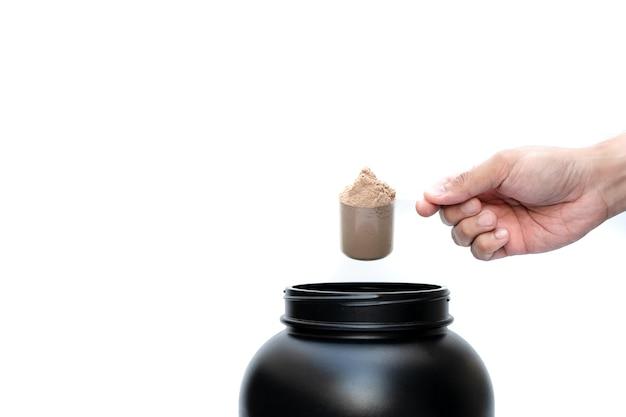 Molkeproteinpulver schokoladengeschmack mit messlöffelmaß.