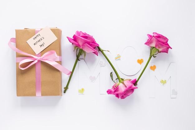 Mom inschrift mit geschenkbox und rosen