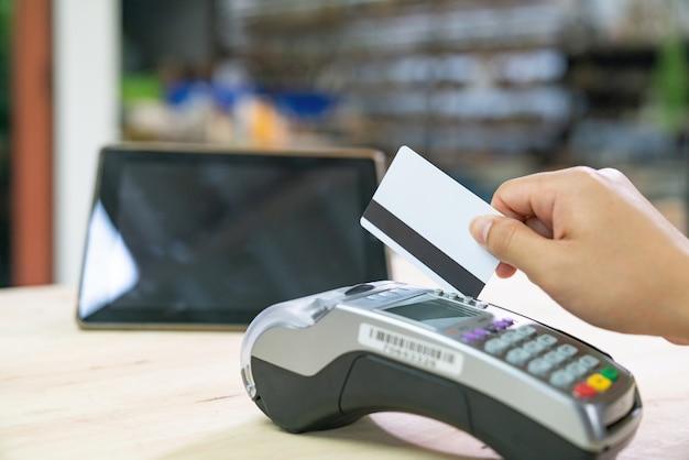 Moment der zahlung mit einer kreditkarte über terminal