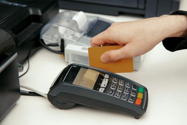 Moment der zahlung mit kreditkarte über terminal