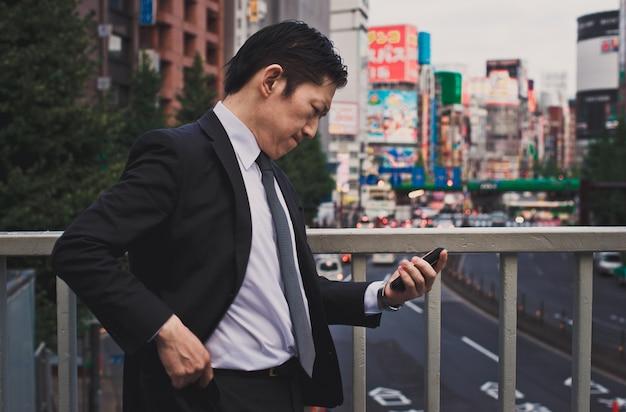 Momente des älteren geschäftsmannes auf den straßen von tokio